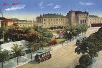 """Na této pohlednici z roku 1912 se poměrně dost """"vyřádil"""" malíř při následném kolorování.  Nejenže vylepšil nátěr vozidel podle svého vkusu (což bylo ostatně v té době běžné), ale navíc  """"nechal zmizet"""" motorový vůz soupravy v popředí (patrně usoudil, že tramvají je tam až dost)."""