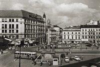 60. léta na náměstí s linkovým autobusem Š706 RTO.
