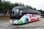 Pronajatý zájezdový autobus Iveco Magelys byl opatřen barevným polepem DPMB (foto: DPMB)