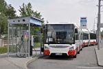Nové autobusy Urbanway 18M u plničky CNG před areálem slatinské vozovny