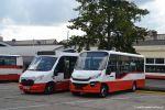 Srovnání minibusů Stratos a Dekstra. Po boku vozu 7509 stojí vůz budoucího evidenčního čísla 7516