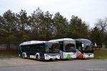 Zkušební Urbanway 12M Hybrid po boku zájezdových autobusů DPMB ve vozovně Slatina