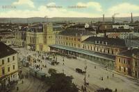 Symboly moderního a živého města na počátku 20. století - monumentální budova nádraží a  elektrická tramvaj.