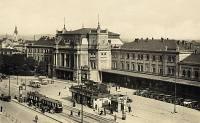 Od 20. let se na pohlednicích začínají objevovat i automobily a autobusy. Elektrické  dráhy začaly provozovat autobusovou dopravu v roce 1930, ovšem oba autobusy na této pohlednici  ze třicátých let patří pravděpodobně jiným dopravcům.
