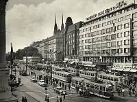 Odpolední přepravní špička na Hlavním nádraží v 60. letech. Dopravu řídí příslušníci SNB.