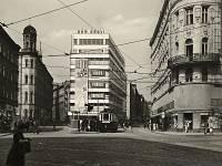 Moderní budova prvorepublikového obchodního obchodní domu se na pohlednicích objevuje stále často, tentokrát jako Dům obuvi. Na zastávce právě zastavil vůz linky 8 do Židenic.