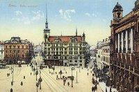 V roce 1906 byla na náměstí Svobody prodloužena ze Šilingrova náměstí ulicemi Dominikánskou a Zámečnickou zelená linka. Pohlednice pravděpodobně z roku 1913 dokumentuje způsob jejího kusého ukončení u morového sloupu.