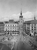 Náměstí Svobody v 50. letech. Trať v Zámečnické ulici byla zrušena v roce 1942 v souvislosti se zahájením provozu na nové trati v ulici Husova.